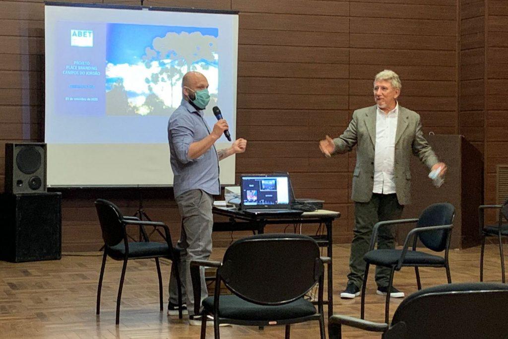 Na foto, o secretário de Turismo de Campos do Jordão, Andre Barbedo, e o coordenador do Place Branding da cidade, Luis Grottera, falam sobre o projeto.