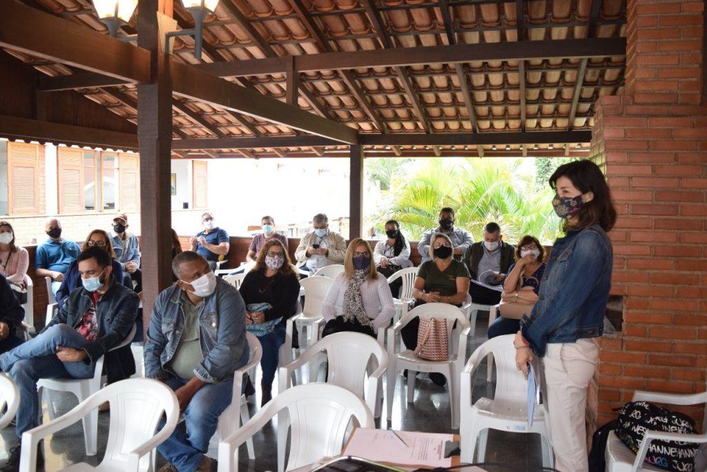 A coordenadora de projetos da ABET, Kássia Monteiro, apresenta o estudo feito no Distrito de São Vicente.
